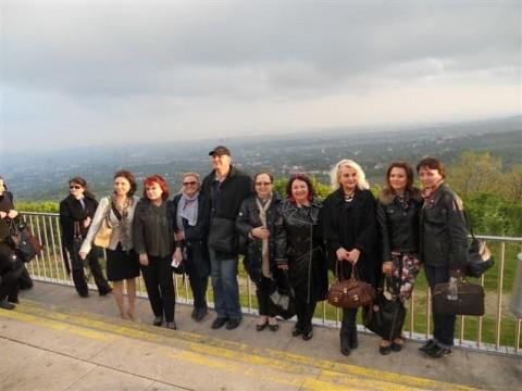 Снежина Мечева (четвъртата отдясно-наляво) заедно със свои колеги, участници в конференцията на българските училища в чужбина във Виена. Сред сниманите участници са и представителки на български училища в Чикаго.