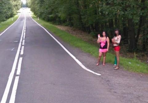Проститутки махат на шофьорите край граничното градче Ленкница. Снимка: Google Street View