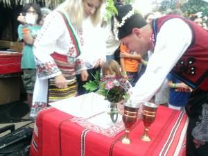25 май 2014 г. Младоженецът Росен Начев полага своят подпис на официалната церемония по сключването на граждански брак Веселка Василева на БАЛКАН ФЕСТ 2014, Сан Диего, Калифорния.