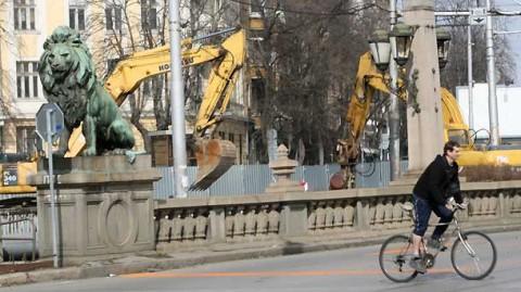 Багери дълбаят под Лъвов мост. Снимка: БГНЕС