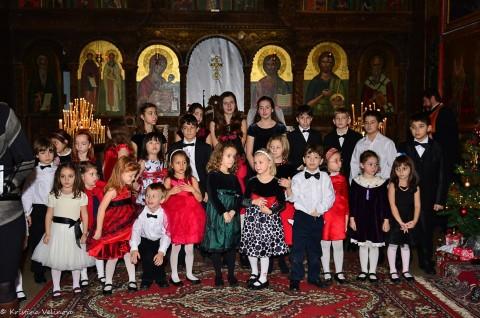 """Деца от хор и училище """"Гергана"""", декември 2012 г.  Снимка: Фейсбук"""