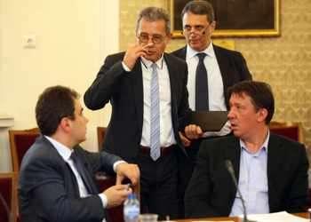Йордан Цонев от ДПС и депутати от БСП оживено коментират разрешението на съда за отварянето на банковата тайна за избрани фирми в КТБ. Снимка: БГНЕС