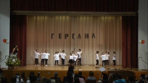 """Снимка: Скрийшот от видео на Български хор и училище """"Гергана"""" - Ню Йорк"""