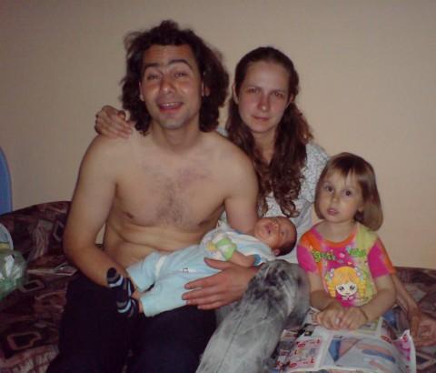 Стамен Илчев държи в ръце сина си, с когото го е дарила Мая. Вдясно на снимката е дъщеричката на Мая от първия й брак.