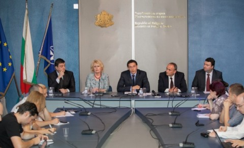 Даниел Митов и неговите заместници. Снимка: КРОСС