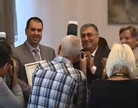 """Премиерът Близнашки ръкопляска, след като току-що е връчил наградата """"Най-добър износител"""" на изпълнителния директор на """"Дънди Прешъс Метълс"""" Николай Христов"""