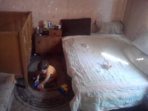 Малкото момченце на Милена в дома си в с. Якимово, Монтанско.