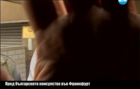 Ръката на дипломатическия служител  върху камерата на Нова телевизия. Снимка: скрийшот от видео на Нова ТВ