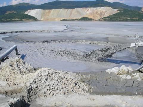 Според изнесените данни в писмото до Ян Поточник, всекидневно се губят и дренират 1500 до 2000 куб. метра кисели разтвори на тежки и цветни метали, които постянно замърсяват подземните и надземни води на целия район.