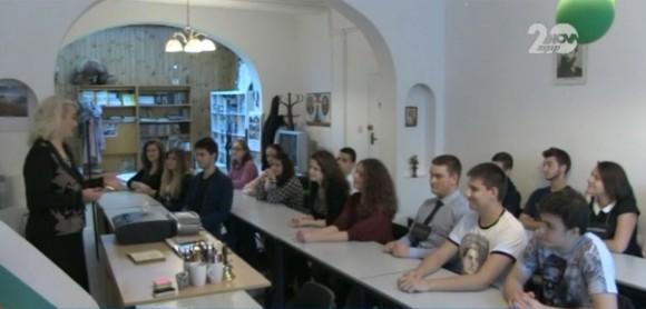 Здравка Владова-Момчева със своите ученици в Българското училище към посолството в Лондон. Снимка: Скрийншот от видео на Нова ТВ
