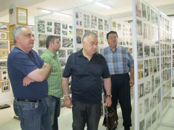 Д-р Иван Гаджев (крайният вдясно) посреща служители от Държавния архив в основания от него Институт на емиграцията, 2011 г. Снимка: Архив Eurochicago.com