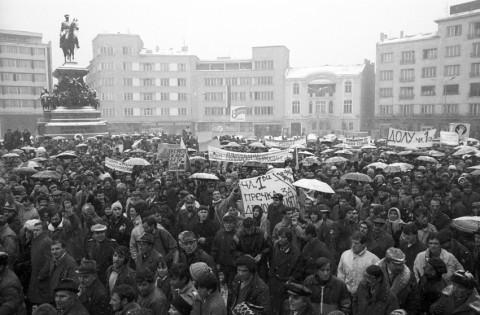 Митинг пред Народното събрание - 9 декември 1989. Снимка: Стефан Тихов, Пресфото БТА