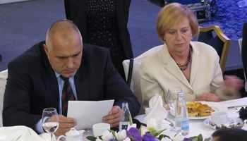 Премиерът Борисов направи бърз разбор пред американския бизнес и посланик Рийз на икономическите приоритети на правителството. Той съобщи, че с Джон Кери е договорил създаването на 4 важни комисии - енергетика, отбрана, сигурност, култура, между България и САЩ и че е дал срок до идния петък съставите им да са готови.