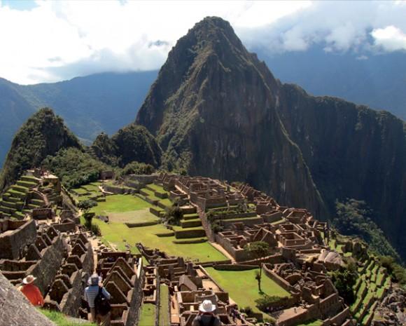 Мачу Пикчу (на кечуа: machu pikchu, буквален превод Стар връх) е съвременното име на архитектурен комплекс в южната част на днешно Перу, построен от инките през XV век. Той е в Списъка на световното културно и природно наследство на ЮНЕСКО.