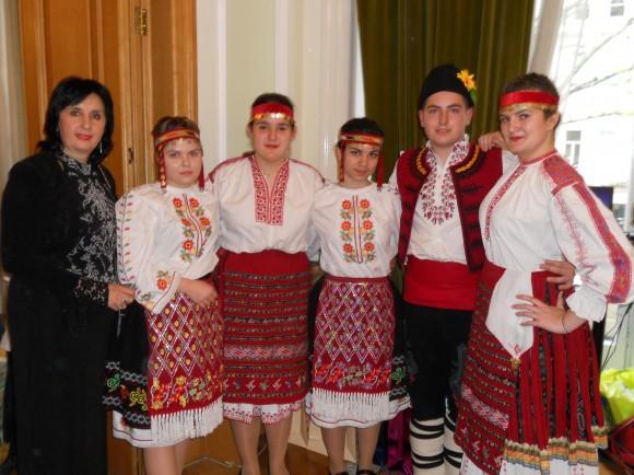 Елена Роблес с нейните ученици, изпълнители на български народни танци