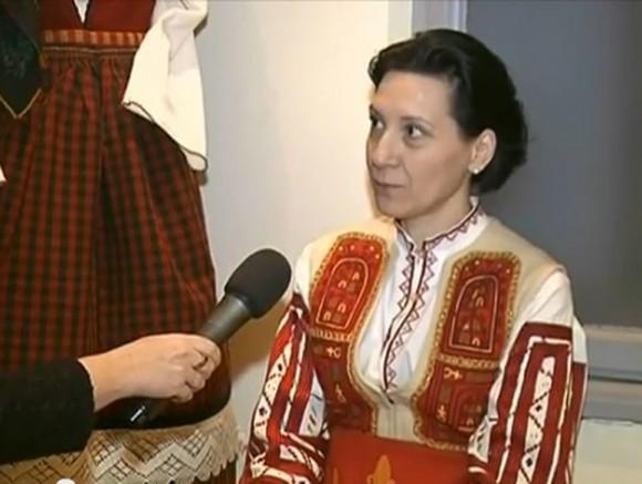 """Ваня Велкова пред микрофона на Райна Манджукова. Снимка: Скрийншот от видео на """"Облаче ле бяло"""""""
