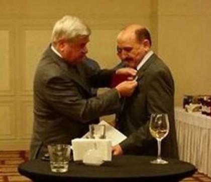 Юрий Исаков връчва ордена на почетния консул на Русия в Бургас Тонко Фотев. С такъв орден са наградени само 37 дипломати, снимка: Flagman