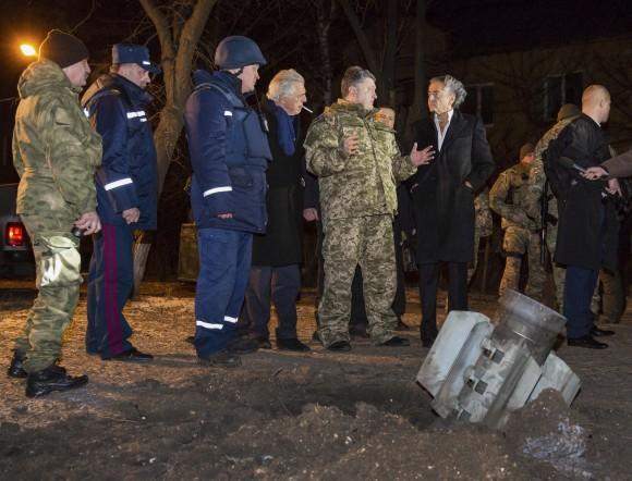 """Украинският президент Петро Порошенко обвини опълченците за нападението в Краматорск вчера, при което загинаха десетки хора. Бунтовниците опредилиха това като """"провокация"""", тъй като градът се намира на десетки километри от техните позиции. Днес в Донецк загинаха четирима души, при обстрел на автогара от страна на украинските военни. Снимка: ЕПА/БГНЕС"""