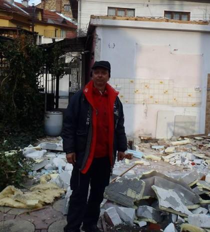 Светослав Похлупков сред останките от срутената къща на майка му