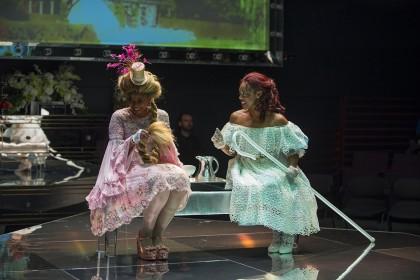 "сцена из спектакля ""Мария Антуанетта"". Фото – Майкл Бросилоу"