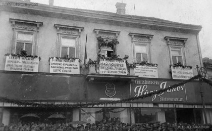 1 май 1945 г. в Унгария, малко преди края на Втората световна война. Войници от Първа българска армия, снимани под плакати за 1 май на български език. Снимка: LostBulgaria.com