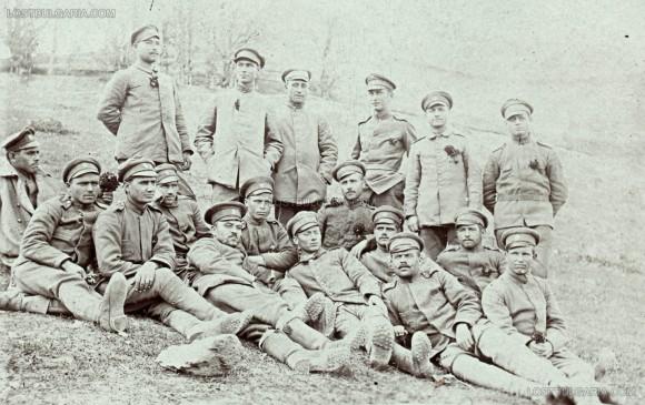 Войници празнуват първи май на фронтовата линия, неизвестно къде, 1918 г.