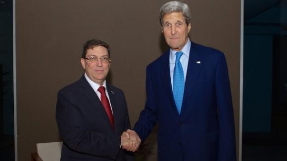 Американският държавен секретар Джон Кери (вдясно) и външният министър на Куба Бруно Родригес. Снимка: ЕПА/БГНЕС