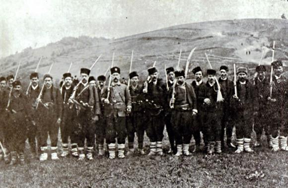 Останали живи поборници - опълченци от Батак, снимани през 1886 г. Поборниците са се опитали на тази снимка да възстановят спомена за едно въстание, който не е бил запечатан от ничий обектив по време на самите събития.