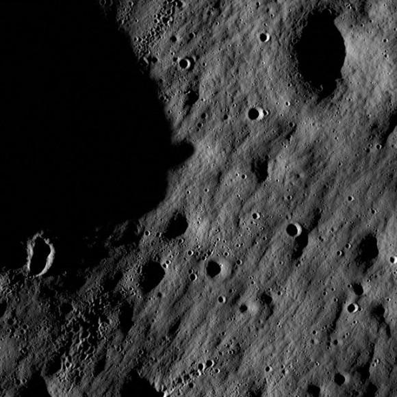 Поглед на LRO към Луната. Източник: http://bg.wikipedia.org