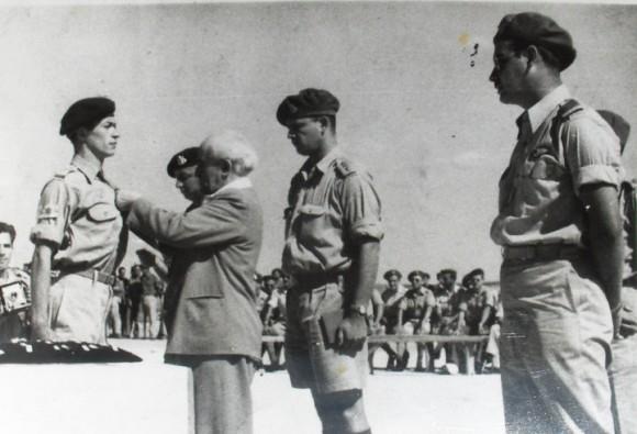 Давид Бен Гурион награждава Сами Рафаел с първия в историята на държавата Израел орден за храброст