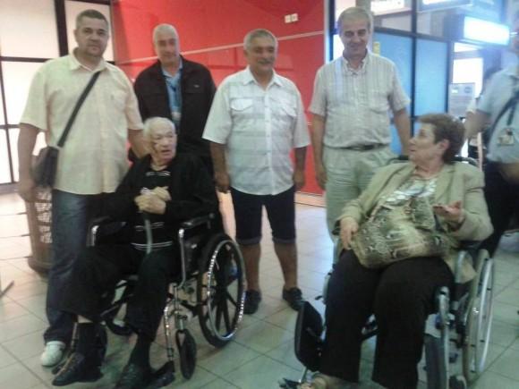 Част от ръководството на Клуба на приятелите българи и евреи посреща Сами Рафаел на летище София при последното му гостуване в България през 2014 г.