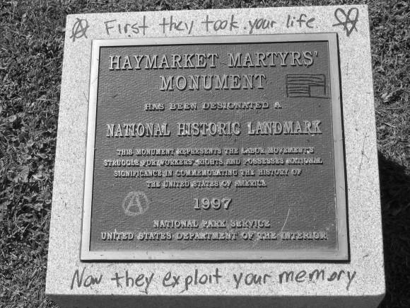 """Мемориалната плоча за мъчениците от """"Хеймаркет"""" е поставена през 1997 г. На тази снимка тя е обиколена с графити. Снимка: en.wikipedia.org"""