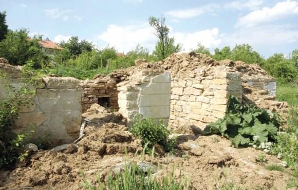 """В Северозападна България в такива порутени къщи и руини има регистрирани по най-малко 10 човека. Снимка: Георги Цветков, в. """"Преса"""""""