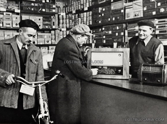 Смесен кооперативен магазин в село Своге, Софийско, 50-те години на ХХ век. Снимка: LostBulgaria.com