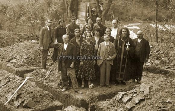 Освещаване на основите на нова къща. Снимка: lostbulgaria.com