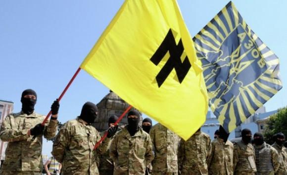 """Бойците от """"Азов"""" често дават интервюта за различни медии и с гордост заявяват, че много от тях изповядват неонацистка идеология. Дори знамето им прилича на нацистките символи. Снимка: ЕПА/БГНЕС"""