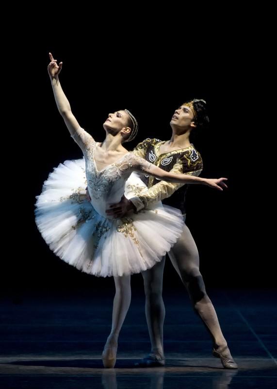 "Алина Кожокару и Херман Корнейо в балете ""Баядерка"". Фото – Джин Скьявоне"