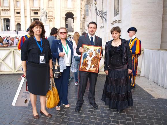 """момент от връчването на представител на протокола на Ватикана. От дясно наляво: д-р Адриана Любенова – автор на иконата; представителят на Ватикана; Петя Цанева- президент на асоциация """"Балкан"""" в Мадрид, Испания; г-жа Надя Кантарева – Барух, главен редактор на издателство АзБуки."""