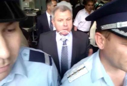 """Полицаи един до друг пред входа на залата. Снимка: Скрийшот от видео на """"Бъдеще за Русе"""""""