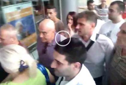 """Граждани се тълпят на входа на залата и питат защо не ги пускат вътре. Снимка: Скрийшнот от видео на """"Бъдеще за Русе"""""""
