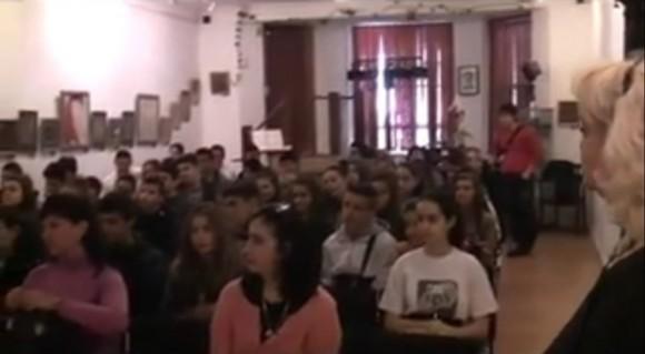 Деца от Българското училище към посолството ни в Лондон заедно със свои връстници от Първа английска гимназия в София. Вляво на снимката се вижда профила на Здравка Момчева. Снимка: Скрийншот от видео на Българското училище към посолството ни в Лондон