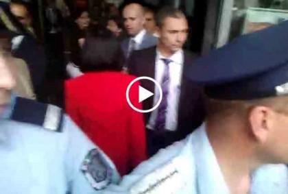 """Меглена Кунева влиза в залата. Снимка: Скрийншот от видео на """"Бъдеще за Русе"""""""