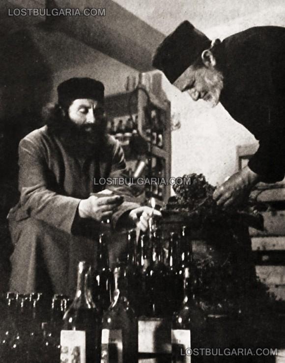 """Запечатване на манастирско вино, 60-те години на ХХ век. Снимка: """"Изгубената България"""""""