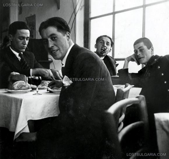 """Младежка компания в кръчма в Драгалевци, 30-те години на ХХ век. Снимка: """"Изгубената България"""""""
