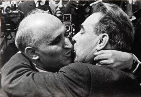 Брежнев и Живков малко преди да изпаднат в една от поредните си дълги целувки.