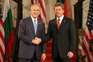 Първанов и Буш, ръкостискане. Снимка: Sofia Photo Agency