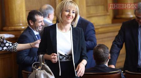 """Мая Манолова се усмихва след избора си за омбудснам. Снимка: Анелия Николова, в. """"Дневник"""""""