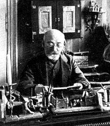 Заменхов работи на бюрото си в своя апартамент във Варшава, 1910 г. Снимка: en.wikipedia.org