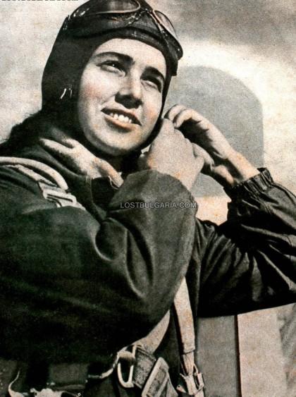 Тази снимка е запечатала образа на Мария Велчева, състезател от националния отбор по парашутни скокове на НР България, 1958 г. За съжаление не разполагаме със снимка на героинята на този разказ, която също е била парашутистка. Източник: LostBularia.com