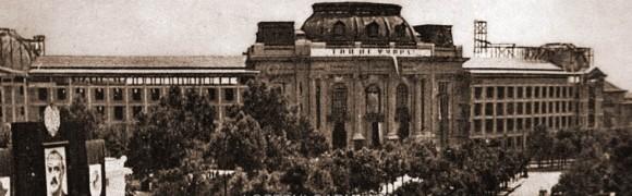 Юли 1949 г., строеж на новите крила на Софийския университет. Моментът съвпада и с поклонение пред Г. Димитров, което е организирано тогава в Народното събрание. Снимка: Lost.Bulgaria.com, фрагмент
